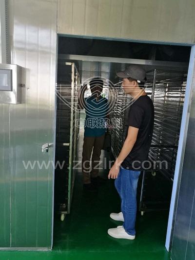 缅甸客户实地考察中联热科智能热泵面条烘干设备
